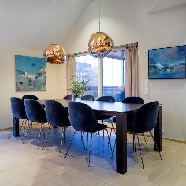 Moderne hjem med asymmetrisk eikeparkett