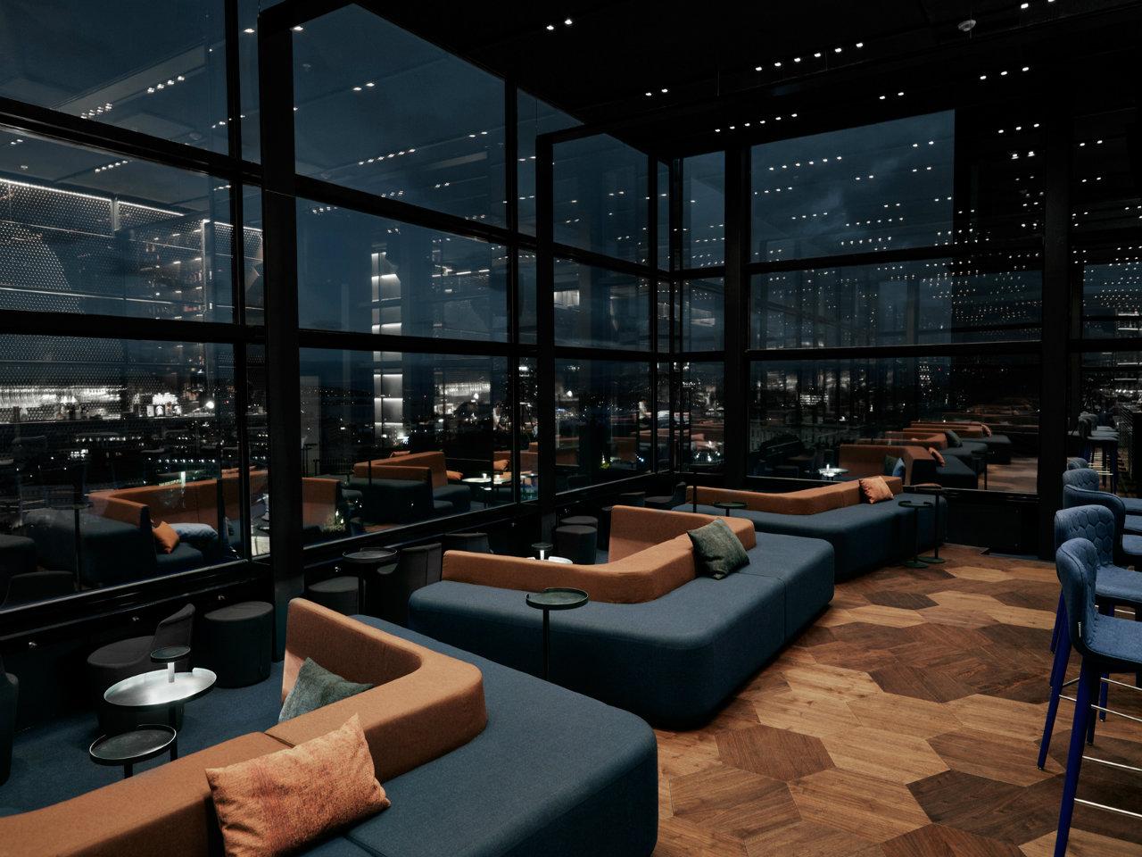 Hexagonale tregulv i amerikansk valnøtt i Summit baren til Radisson Blu Scandinavia Hotel