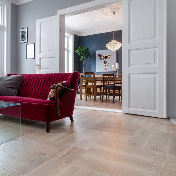 Rutemønstret tregulv til eklektisk leilighet i Oslo